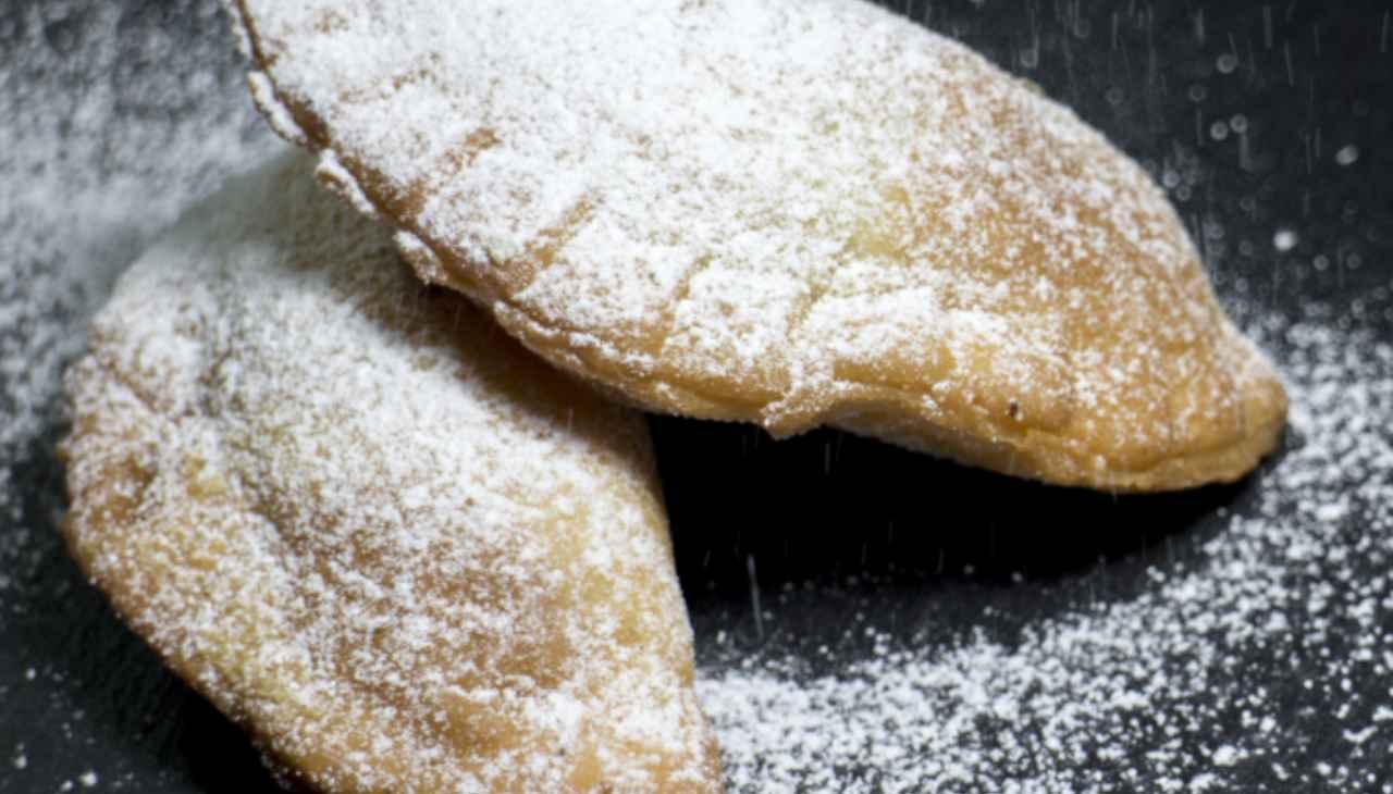 Dolcini ripieni ricoperti di zucchero