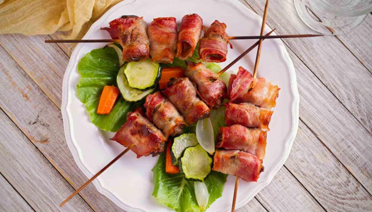 Finger food di carne avvolta in bacon