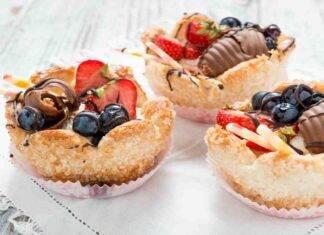 Tartellette di crema alla vaniglia con frutta fresca AdobeStock